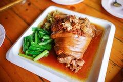 Materielfoto - kokt grisköttben med grönkål Arkivfoton