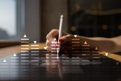 Materielhandel, diagram för dataanalys, diagram, graf på den faktiska skärmen Affärs- och teknologibegrepp Fotografering för Bildbyråer
