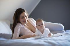 A maternidade foi surpreendente com esta pequena bonito imagens de stock royalty free