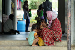 Maternidade - uma mãe indiana pobre toma de suas crianças na rua Foto de Stock Royalty Free