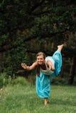 Maternità prenatale di yoga incinta che fa gli esercizi differenti nel parco sull'erba, respirare, allungante, statica Immagine Stock Libera da Diritti