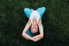 Maternità prenatale di yoga incinta felice che fa gli esercizi differenti con fitball in parco sull'erba, Pilates Vista superiore Fotografia Stock Libera da Diritti