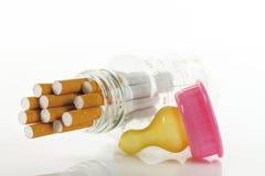 Maternité et fumage images stock