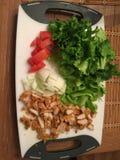 Matförberedelse för en grundläggande sallad Arkivfoto