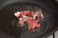 Matförberedelse - köttstycken i stekpanna Royaltyfri Foto
