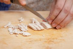Matförberedelse - klippa det kokta fega bröstet Royaltyfria Bilder