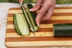 Matförberedelse - klippa gurkan Royaltyfria Bilder