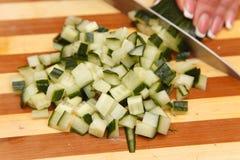 Matförberedelse - klippa gurkan Royaltyfri Foto