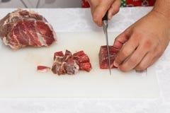 Matförberedelse - klippa rått kött Royaltyfri Foto