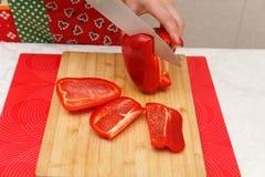 Matförberedelse - klippa spanska peppar Arkivbild