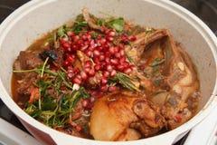 Matförberedelse - lammfryid med granatäpplet och rosmarin Arkivbild