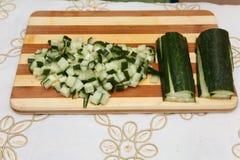 Matförberedelse - skivad gurka Arkivfoton