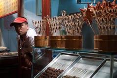 Matförsäljare på den Wangfujing mellanmålmarknaden Arkivbilder