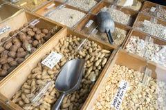Matfack i stora partier på en livsmedelsbutikställning royaltyfri foto