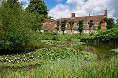 MATFIELD, KENT/UK - 6月13日:池塘和房子的看法席子的 免版税库存照片