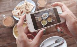 Matfoto av indisk mat på trätabellen för sociala nätverk Royaltyfri Bild