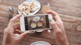 Matfoto av indisk mat på trätabellen för sociala nätverk Arkivfoton