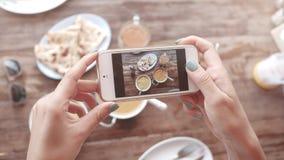 Matfoto av indisk mat på trätabellen för sociala nätverk Arkivbilder