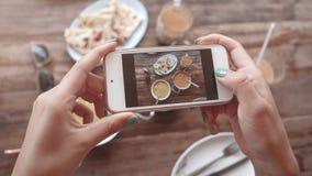 Matfoto av indisk mat på trätabellen för sociala nätverk Royaltyfri Fotografi