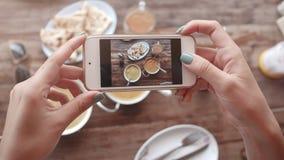 Matfoto av indisk mat på trätabellen för sociala nätverk Fotografering för Bildbyråer