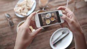 Matfoto av indisk mat på trätabellen för sociala nätverk Arkivbild