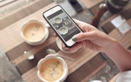 Matfoto av soppa på tabellen för sociala nätverk Royaltyfria Foton