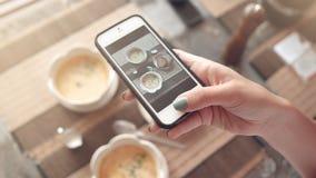 Matfoto av soppa på tabellen för sociala nätverk Royaltyfri Fotografi