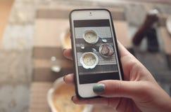 Matfoto av soppa på tabellen för sociala nätverk Royaltyfri Foto