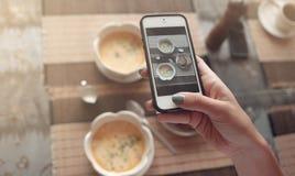Matfoto av soppa på tabellen för sociala nätverk Arkivfoton