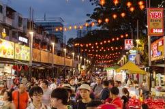 Matgata - Jalan Alor i nattetid Stadsnattgata, gå för folk arkivbilder