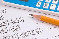 Mathématiques, équations de maths en gros plan Travail de maths ou examens de maths Images libres de droits