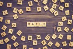 Mathe fasst hölzernen Block auf Tabelle für Geschäftskonzept ab Lizenzfreie Stockbilder
