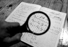 Mathe gesehen durch ein Vergrößerungsglas Stockbilder