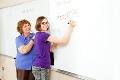 Mathe-Kursteilnehmer und Lehrer mit Copyspace Stockbilder