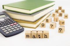 Mathebenennung und -bücher auf weißem Hintergrund Stockfotos