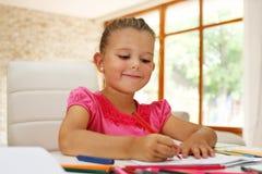Mathehausarbeit des kleinen Mädchens lizenzfreies stockbild