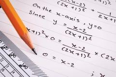 Mathematics lub równań zakończenie homework Rozwiązywać Matematycznie problem zdjęcia stock