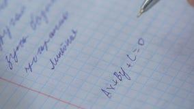 Mathematics, równania zakończenie homework Rozwiązywać Matematycznie problem Uczeń rozwiązuje równanie na papierze obraz royalty free