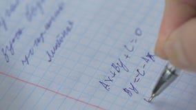 Mathematik, Gleichungsnahaufnahme heimarbeit Lösen des mathematischen Problems Student löst die Gleichung auf Papier lizenzfreie stockfotos