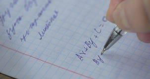 Mathematik, Gleichungsnahaufnahme heimarbeit Lösen des mathematischen Problems Student löst die Gleichung auf Papier stock video footage
