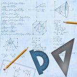 Mathematischer Schreibtisch mit Formeln und Ausrüstung Stockfoto