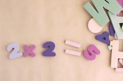 Mathematisches Beispiel 2X2=5 auf einem orange Papier Stockfoto