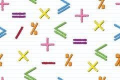 Mathematisches nahtloses Muster von mehrfarbigen Mathezeichen auf einem Streifen-gesäumten Blatt, Konzept der Ausbildung oder Ges stock abbildung