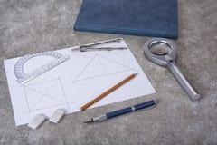 Mathemethics e ferramentas da geometria na escola e no projeto imagens de stock