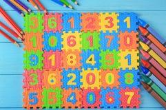 Mathepuzzlespiel, -bleistifte und -zeichenstifte Lizenzfreies Stockfoto
