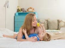 Mather играя с ее сыном Стоковое Изображение RF