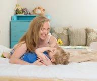 Mather играя с ее сыном Стоковые Фото
