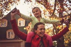 Mather con la figlia gode di nella stagione di autunno Immagini Stock Libere da Diritti
