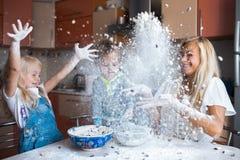 Mather con los niños en la cocina Foto de archivo