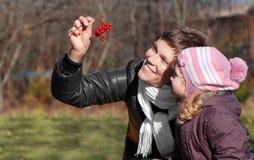 Mather e filha no parque fotografia de stock royalty free